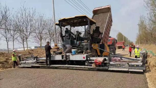 柳工摊铺机走在前端,各道路持续施工