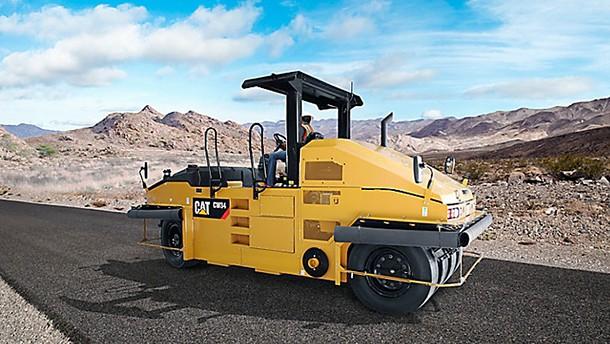 卡特彼勒CW34轮胎式压路机在海外施工