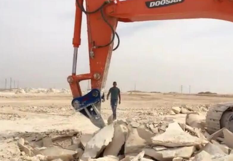 挖机松土器施工中