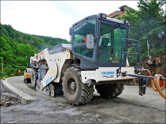 """""""巨无霸""""相互配合 绿色机械化助力公路建设"""