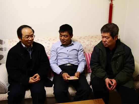 蔡中青副总经理走访慰问鼎盛重工困难职工和劳模
