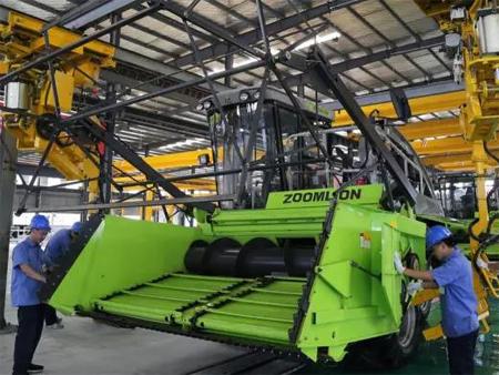 中联重科高端农业装备制造基地首批青贮收获机下线