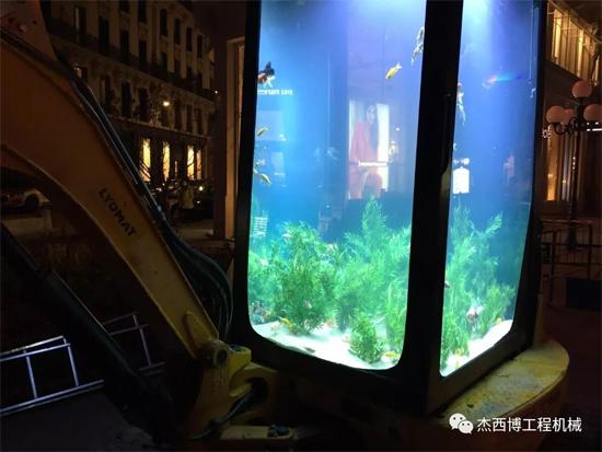 这逆天的挖掘机:驾驶室做鱼缸!铲斗做浴缸!