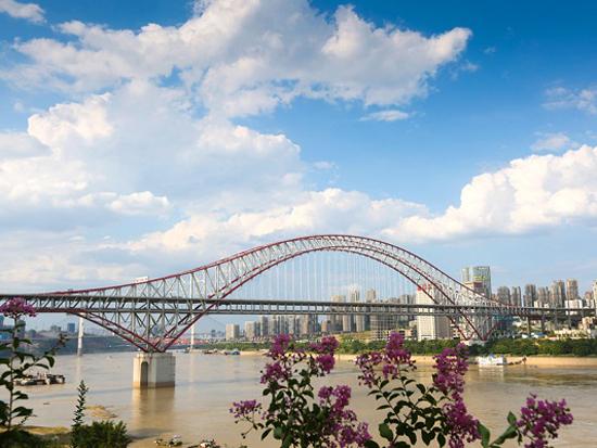中国铁建承建世界级跨度钢拱桥轨道铺通