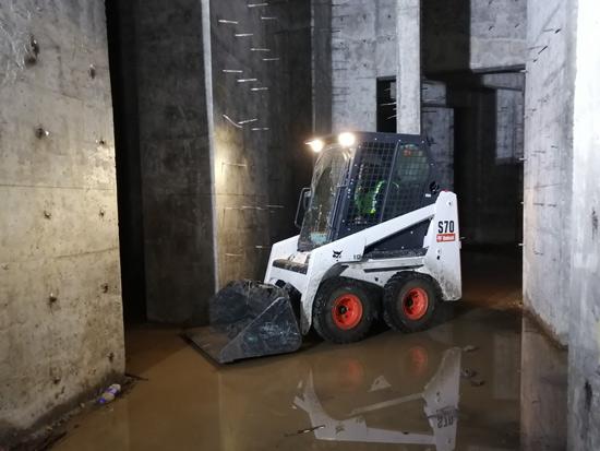 这是一台可以开进家门、室内施工的滑移装载机
