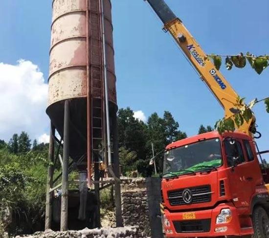 徐工大吨位随车起重机助力新农村公路建设