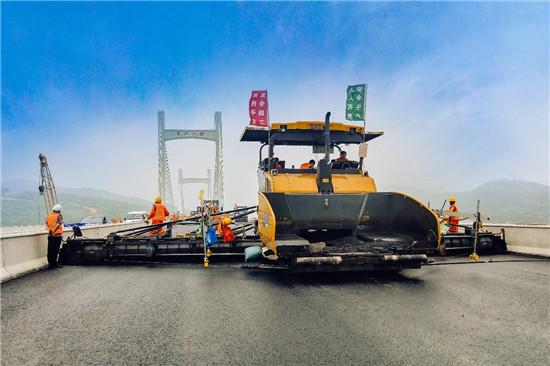 场面超燃!中国最大的超大型摊铺机RP1655闪耀各大高速!
