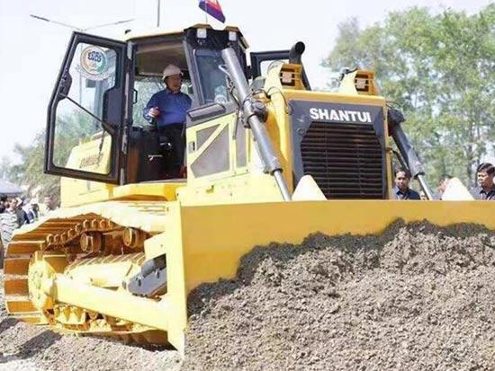 柬埔寨首相洪森試駕山推推土機