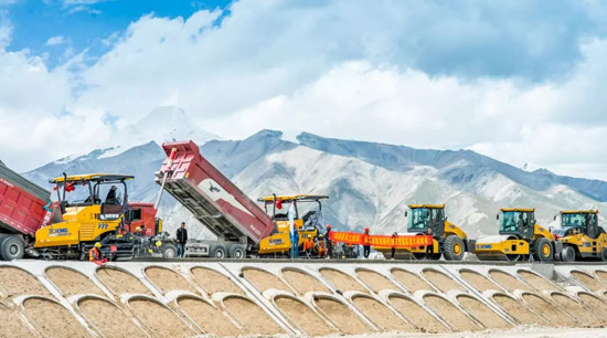 见证徐工道路最美服务:奋战在西藏高原的老中青三代!