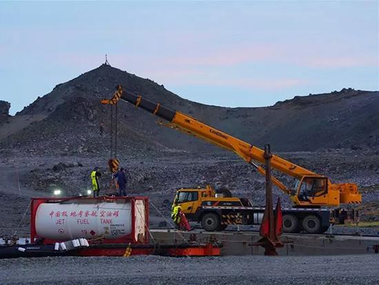 """""""雪龙2""""号完成南极长城站卸货任务"""