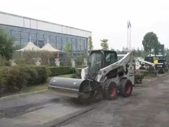 山猫小型工程机械设备助您绿化、养护忙起来!
