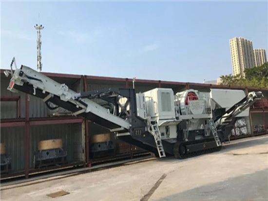 南方路机超大型履带移动颚式破碎设备发往四川