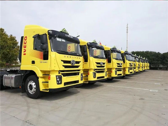 红岩危化品运输车大批交付上海交运 为危化品运输保驾护航