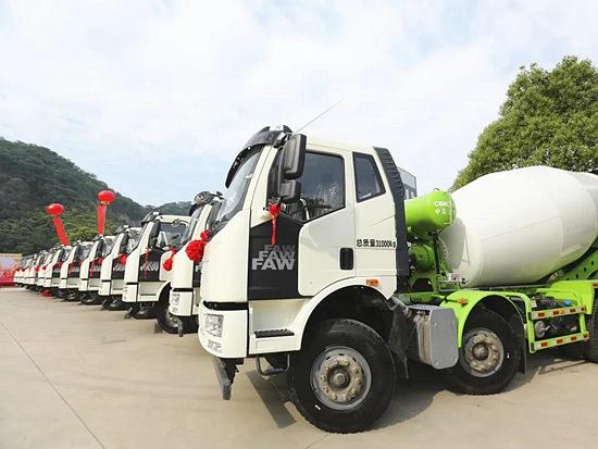 南京客户一次定购90台凌宇搅拌车 交付现场太给力!