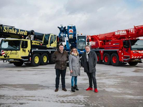 来自德国北部的三家起重机承包商在爱茵根工厂共同接受交付新的起重机