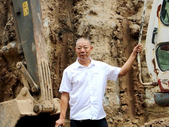 他拍了拍山推挖掘机,和两个儿子约定创富未来!