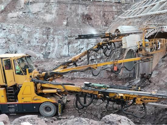 超长大直径管棚施工利器,铁建重工全电脑三臂凿岩台车