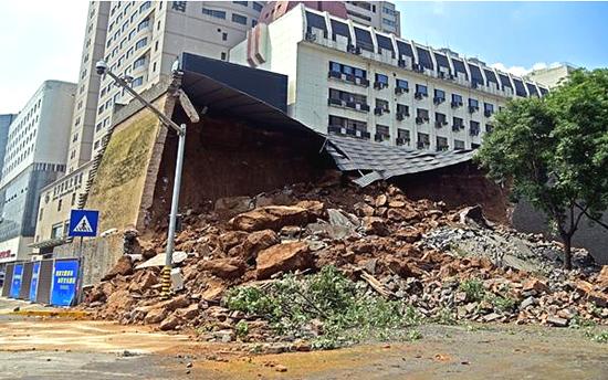 柳工装载机及时驰援西安明秦王府城墙保护砌体坍塌现场!
