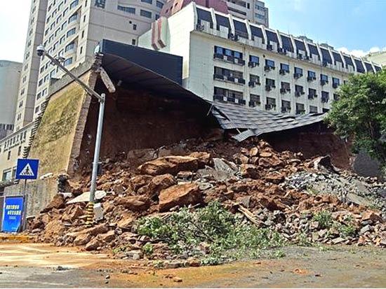柳工火速驰援西安明秦王府城墙保护砌体坍塌现场!