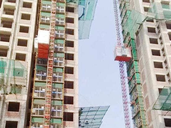 方圆施工升降机群在青岛市黄岛区蓝湾银都建设项目展风采