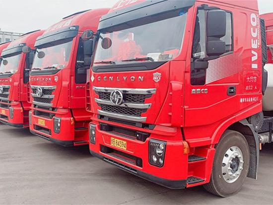 第三批红岩杰狮C6 LNG牵引车交付山西用户,用于中长途煤炭运输