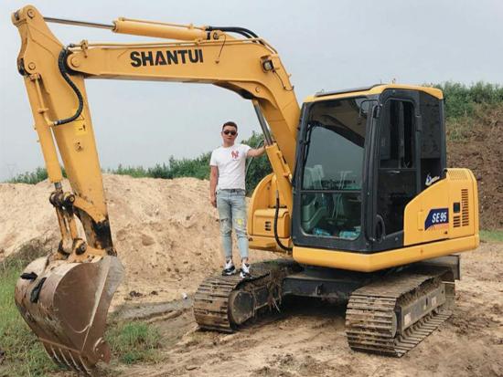 陪伴朝夕,山推挖掘机为祁老板铺出致富快车道!