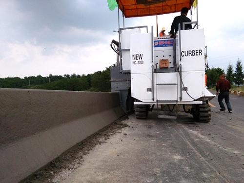 混凝土防撞护栏滑模摊铺施工工艺