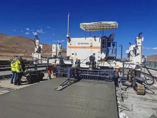 高海拔4334米 维特根滑模摊铺机SP 500在邦达机场高效施工