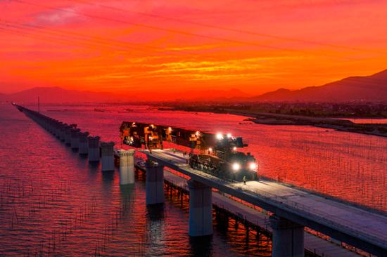 基建狂魔新作!世界首台千吨级架桥一体机完成海上首秀