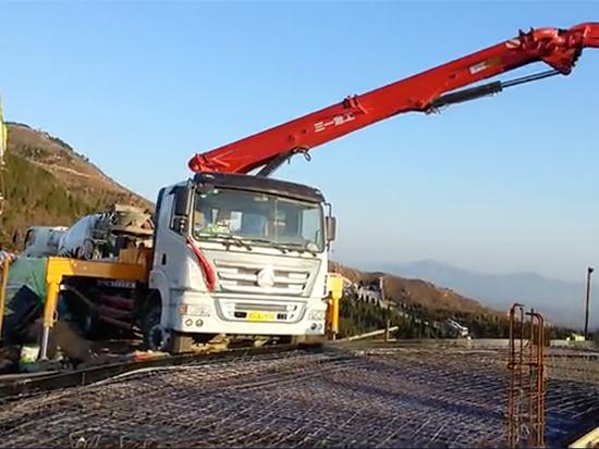 三一25m泵车在伊川县杨大壮山顶泵送