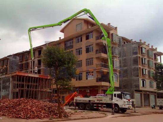 35米搅拌泵车发挥优势 省时省力加快农村建设