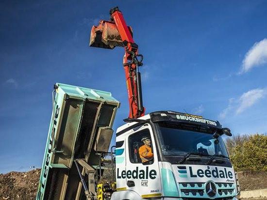 配备帕尔菲格起重机的新型梅赛德斯Arocs 3240卡车正式交付