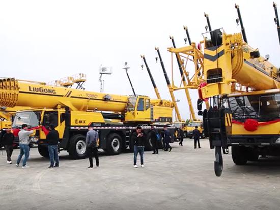 柳工大吨位起重机新品交机仪式