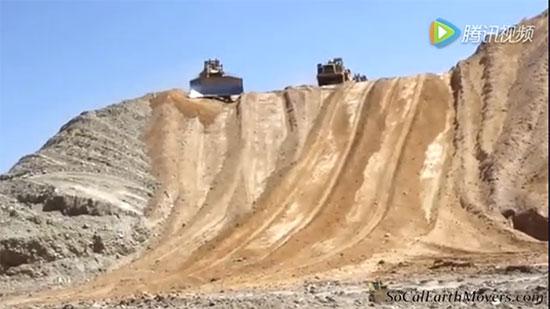 长长的铲运机队伍下70°陡坡,个个是高手无一人翻车!