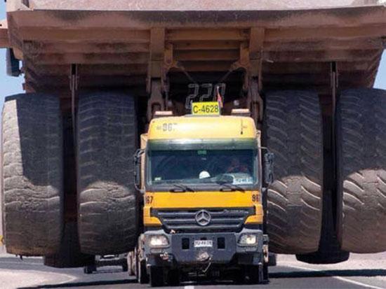 矿用卡车那么大怎么才能送到目的地,也没有那宽的路给他走诶?
