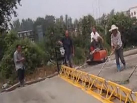 混凝土摊铺机的工作演示视频 振动梁工作