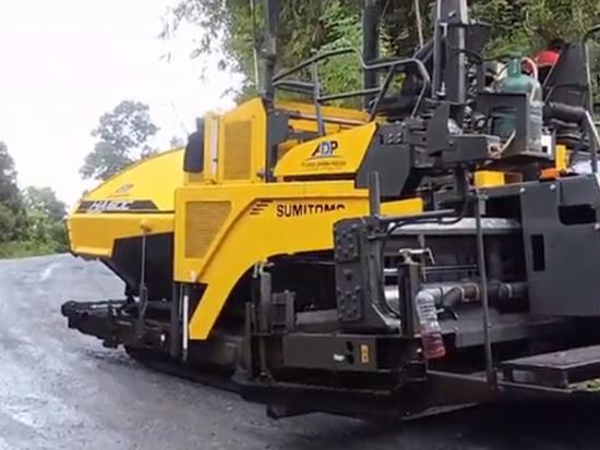 住友HA60C沥青摊铺机在山间道路工作
