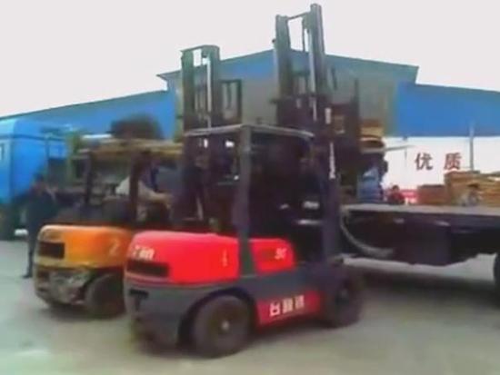 叉车高难度卸货