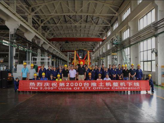 山工机械第2000台推土机下线