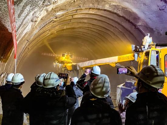 中铁装备智能湿喷台车顺利通过中国中铁专家组结验审查