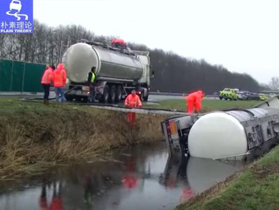沃尔沃专业救援卡车效率高,奔驰半挂车轻松拖出