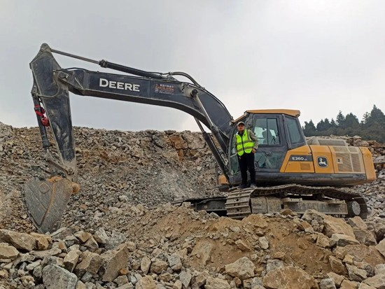 约翰迪尔贵州用户说:E260LC挖掘机,志得意满的选择!