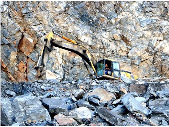 峡谷常青松,演绎经久情——小松挖机征战矿山十余年