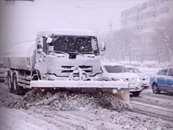 威海的清雪车正在抓紧清雪