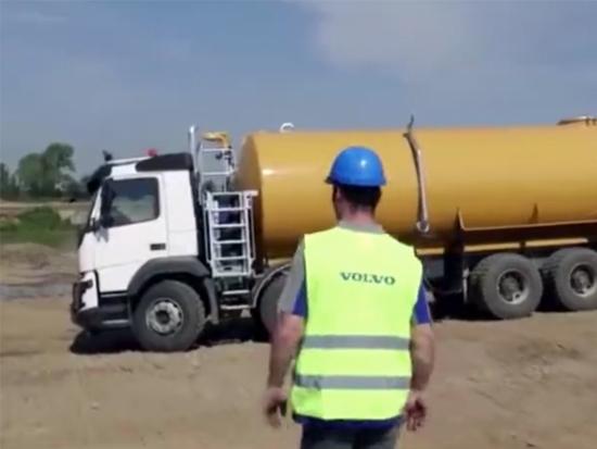 看看沃尔沃洒水车洒水过程