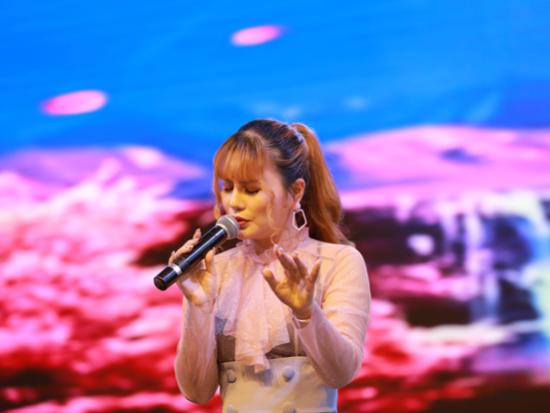 新加坡著名歌手曾雨轩出席上海第三届破碎锤行业盛典