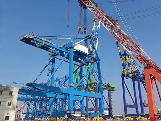 国内首个海铁联运自动化码头首台岸桥完成总装