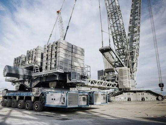 利勃海尔使用自行式模块运输车作为LR11000履带式起重机的配重拖车