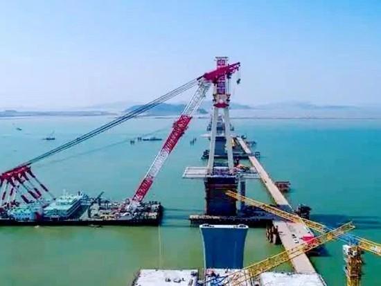 世界首座公铁同层多塔斜拉桥首个钢主塔架设成功