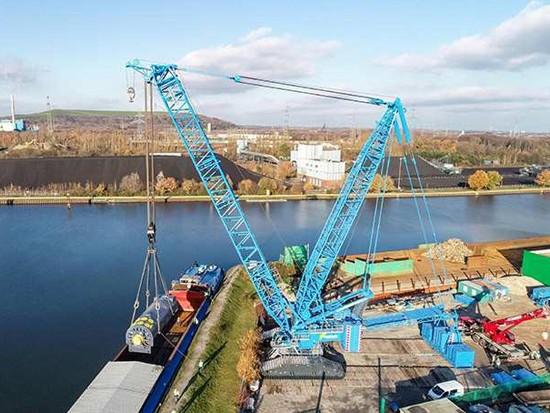 利勃海尔LR11000助力驳船卸货